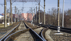 Spoorwegpijl geëlektriseerde spoorweg Stock Foto