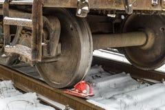 Spoorwegremschoen onder het treinwiel op de sporen stock afbeelding