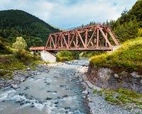 Spoorwegschraag over rivier, de Karpaten Stock Fotografie