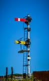 Spoorwegsignaal tegen blauwe hemel Royalty-vrije Stock Foto's