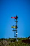 Spoorwegsignaal tegen blauwe hemel Royalty-vrije Stock Afbeelding