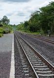 Spoorwegspoor in de vallei wordt gevestigd die Royalty-vrije Stock Afbeeldingen