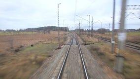 Spoorwegspoor die coutry landschappen doornemen stock videobeelden