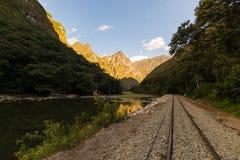 Spoorwegspoor en van Machu Picchu bergen, Peru stock fotografie