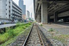 Spoorwegspoor met achtergrond van het aanleggen van weg en station Royalty-vrije Stock Foto