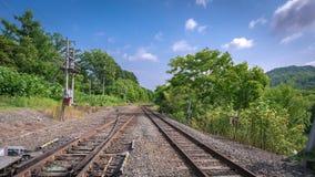 Spoorwegspoor met een Street View royalty-vrije stock foto