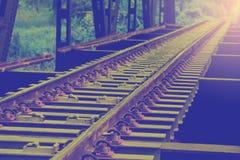Spoorwegspoor op staalbrug met selectieve nadruk stock afbeelding