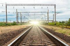 Spoorwegspoor op zonsondergang stock foto's