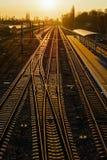 Spoorwegsporen bij het station bij zonsondergang Royalty-vrije Stock Foto