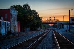 Spoorwegsporen bij zonsondergang, in Greensboro van de binnenstad, het Noorden Carolin stock afbeeldingen