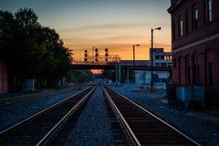 Spoorwegsporen bij zonsondergang, in Greensboro van de binnenstad, het Noorden Carolin royalty-vrije stock fotografie