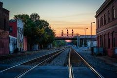 Spoorwegsporen bij zonsondergang, in Greensboro van de binnenstad, het Noorden Carolin stock foto's