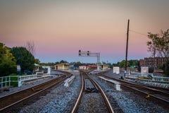 Spoorwegsporen bij zonsondergang, in Greensboro van de binnenstad, het Noorden Carolin stock afbeelding