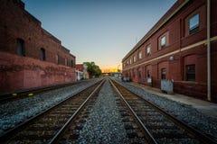 Spoorwegsporen bij zonsondergang, in Greensboro van de binnenstad, het Noorden Carolin royalty-vrije stock foto's