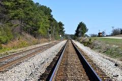 Spoorwegsporen die in de afstand leiden Royalty-vrije Stock Afbeeldingen