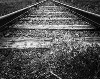 Spoorwegsporen die lijnen leiden stock foto's