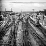 Spoorwegsporen die tot industriële complex leiden Royalty-vrije Stock Foto