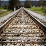Spoorwegsporen die zich in de afstand uitrekken Stock Fotografie