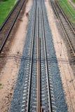 Spoorwegsporen die zich in de afstand uitrekken Wegmanier royalty-vrije stock afbeeldingen