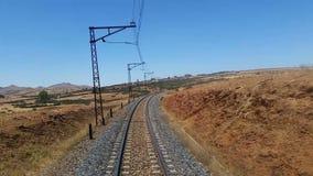 Spoorwegsporen in een landelijke scène stock videobeelden