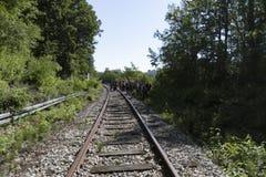 Spoorwegsporen in een oud dorp stock foto's