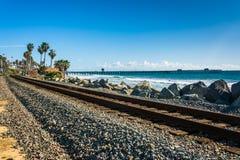 Spoorwegsporen en mening van de visserijpijler royalty-vrije stock foto's