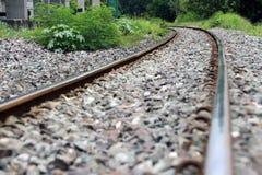 Spoorwegsporen en rotsen in Thailand, metaalspoorweg van trein stock foto
