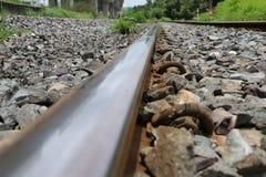 Spoorwegsporen en rotsen in Thailand, metaalspoorweg van trein royalty-vrije stock foto
