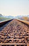 spoorwegsporen met een mooie pastelkleurzonsondergang stock fotografie