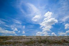 Spoorwegsporen op de blauwe achtergrond van de hemelwolk Royalty-vrije Stock Afbeeldingen