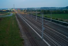 Spoorwegsporen tijdens het Blauwe Uur van de Ochtend royalty-vrije stock fotografie