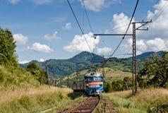 Spoorwegtrein in Karpatische bergen Stock Foto's