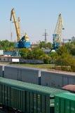 Spoorwegvervoer en kranen Stock Foto