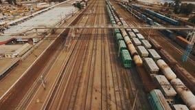 Spoorwegwerf met heel wat spoorlijnen en goederentreinen lucht stock footage