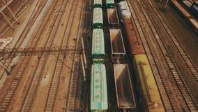 Spoorwegwerf met heel wat spoorlijnen en goederentreinen lucht stock video