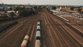 Spoorwegwerf met heel wat spoorlijnen en goederentreinen lucht stock videobeelden