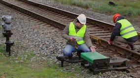 Spoorwegwerknemers die onderhoud op de spoorweg uitvoeren stock footage
