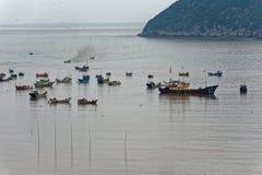 Sporadisches Fischerboot - Xiapu-Landschaft lizenzfreies stockbild