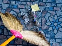 Sporcizia, discarica, causata spazzando la casa pulita immagini stock libere da diritti