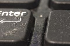 Sporcizia e polvere sui bottoni del computer portatile Primo piano la parte posteriore e la priorità alta sono offuscate immagine stock