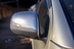 Sporcizia sullo specchio dall'automobile fotografia stock