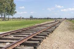 Sporen aan het distributieplatform in het concentratiekamp van auschwitz-Birkenau stock foto's