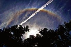 Sporen in de middaghemel en de regenboog stock fotografie
