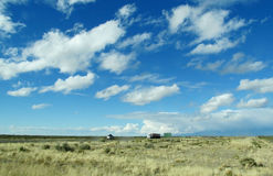 Sporen en auto's op een lange weg aan de hemelhorizon Stock Foto's