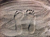 Sporen in grijs zand stock afbeeldingen