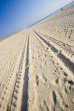 Sporen op een zandig strand Royalty-vrije Stock Afbeeldingen