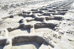 Sporen op het zand Stock Foto's