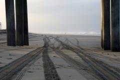 Sporen op het Zand bij Zonsopgang in Huntington Beach, Californië royalty-vrije stock foto