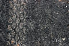 Sporen van banden op de asfaltweg stock foto