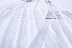 Sporen van banden op sneeuw Stock Afbeeldingen